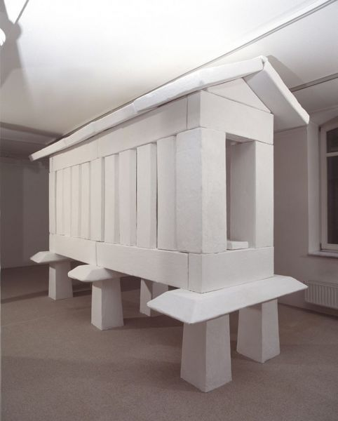 'für Fremde', plaster and reinforcing bars, 275  x 160 x 400 cm, 1997, exhibition view Konrad Mönter Gallery, Meerbusch (DE)