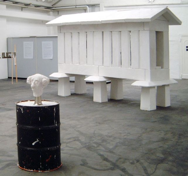'für Fremde', plaster and reinforcing bars, 275  x 160 x 400 cm, 1997, exhibition view Folttmann-Hallen, Herne (DE)